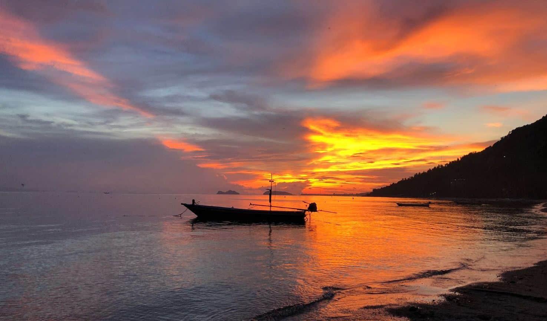 שקיעה בחוף הים בתאילנד